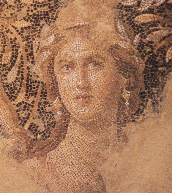 Twarz kobiety na rzymskiej mozaice