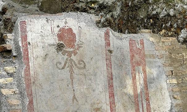Widoczny fresk na fragmencie odkrytego muru