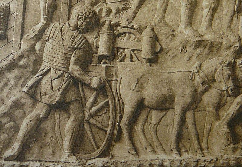 Relief ukazuje rzymską carroballista, balistę ciągniętą przez zwierzęta pociągowe