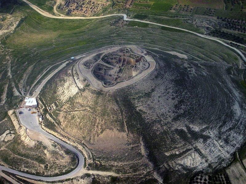 Zdjęcie ukazujące ruiny twierdzy Herodium powstałej za panowania Heroda