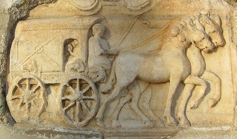 Relief rzymski ukazujący wóz ciągnięty przez cztery konie.