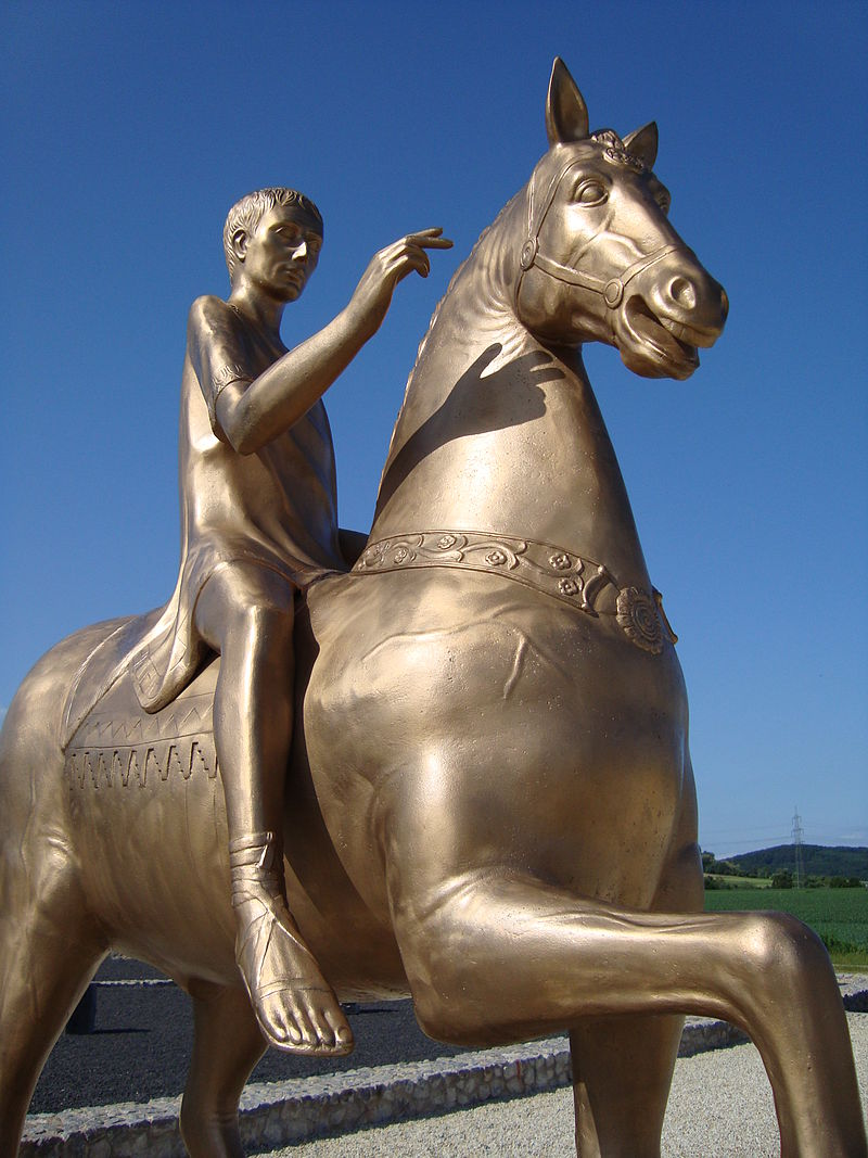 Zrekonstruowana rzeźba Augusta na koniu w Waldgirme