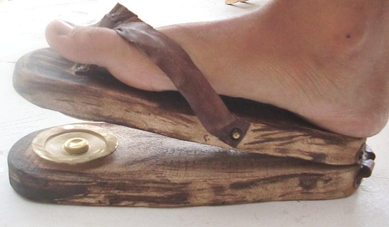 Rekonstrukcja scabellum w formie klapka. Rytm był wybijany stopą