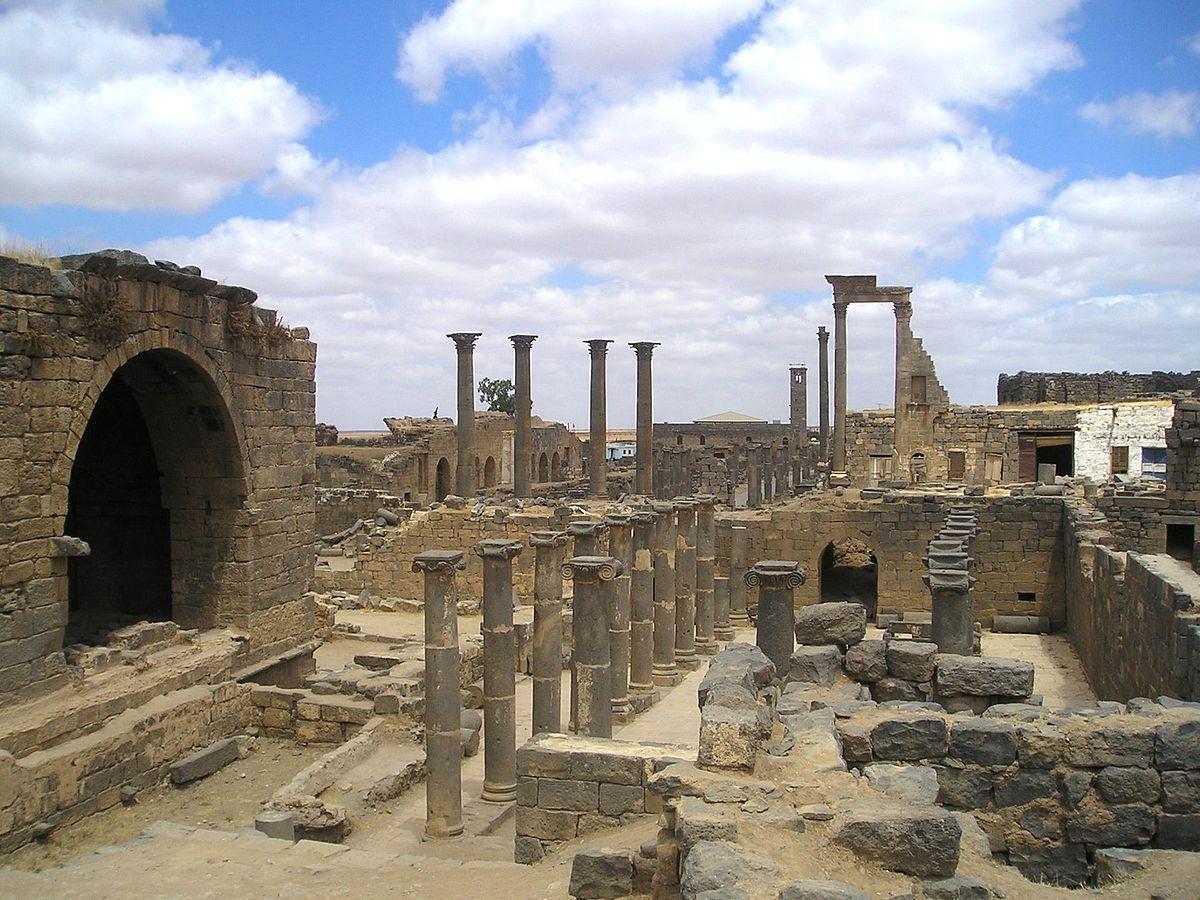 Ruiny Bostry, splądrowanej przez armię Palmyry