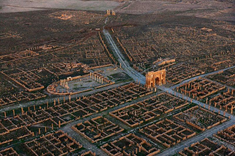 Panorama na pozostałości po rzymskich zabytkach w Timgadzie (obecna północna Algieria)