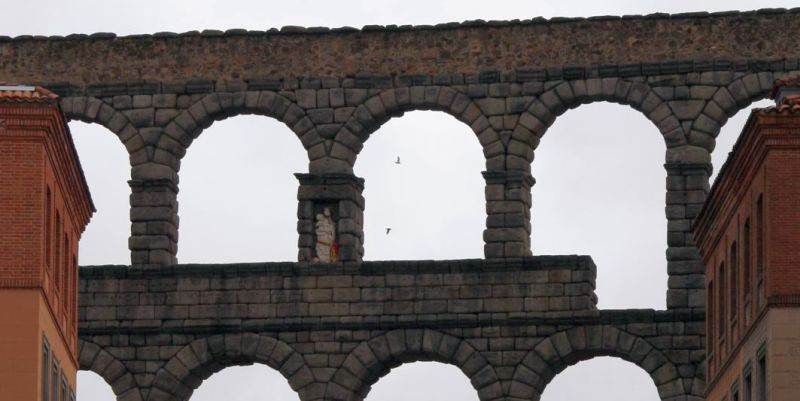 One of the niches in the Segovia aqueduct, in which from the 16th century there is an image of the Mother of God and St. Stephen