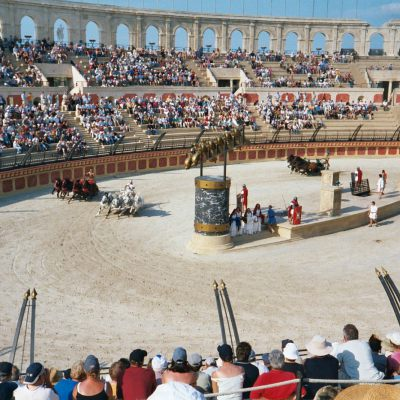 <br /> Contemporary reconstructions of the chariot race in the Puy du Fou