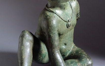 Etruska statua ukazująca chłopca z bullą na szyi. Obiekt datowany na około 150 rok p.n.e.