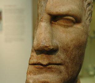 Jedynie pół głowy Juliusza Cezara