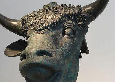 Wykonana z brązu głowa złożonego w ofierze byka