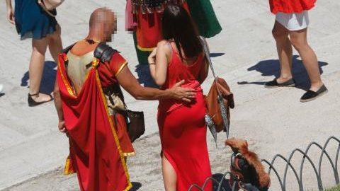 """Rzymscy """"centurioni"""" i """"legioniści"""" spod Koloseum oskarżeni o molestowanie"""