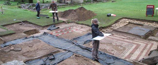 Wykopaliska na terenach rzymskiej willi w Chedworth