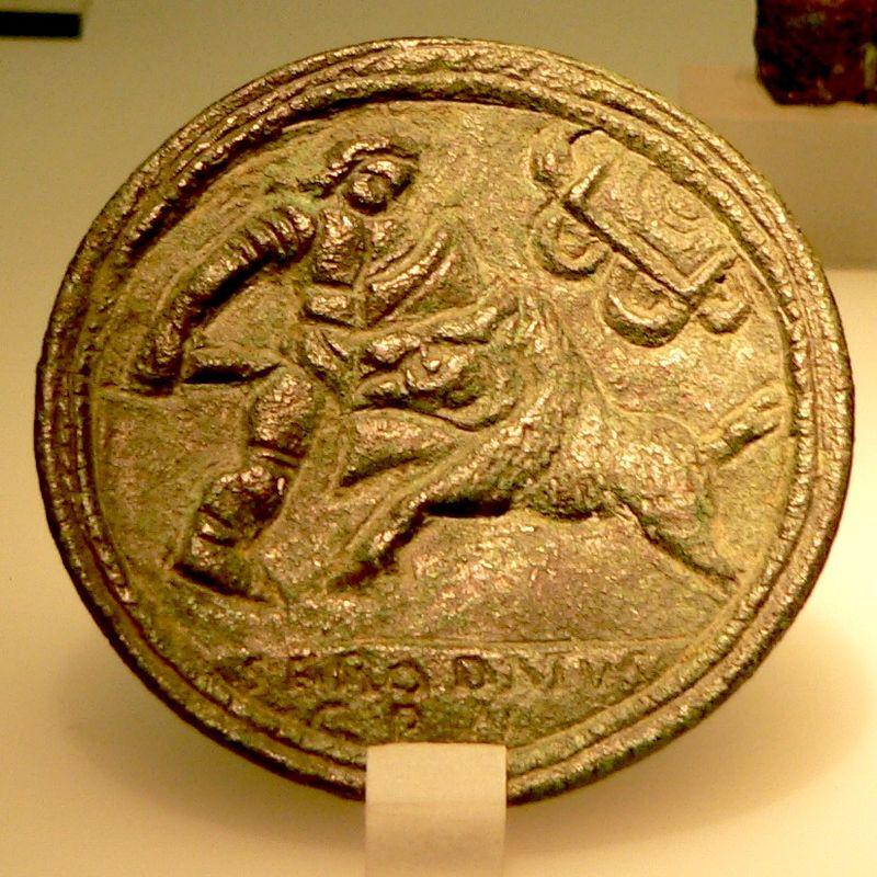 Medalion z brązu przedstawiający venatio: mężczyznę walczącego z dzikim zwierzęciem.