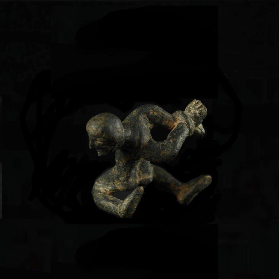 Figurka ukazująca pojmanego barbarzyńcę