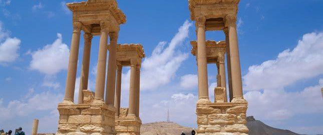 Antyczny tetrapylon w Palmyrze, sfotografowany w 2008 roku