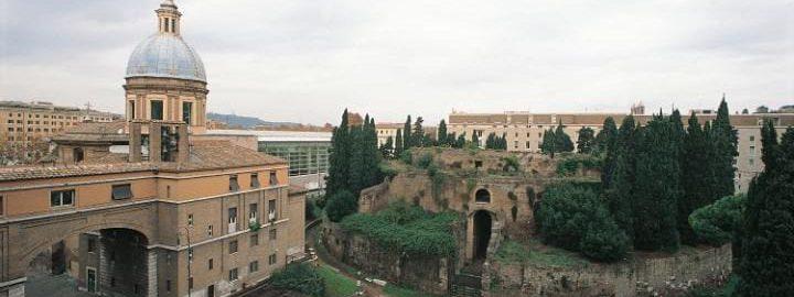 Mauzoleum Augusta jest otoczone przez Piazza Augusto Imperatore w centrum Rzymu