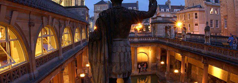 Prace konserwacyjne posągów w Bath