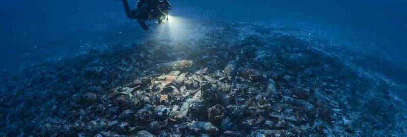 Nurek ocenia pozostałości statku pokryte setkami amfor