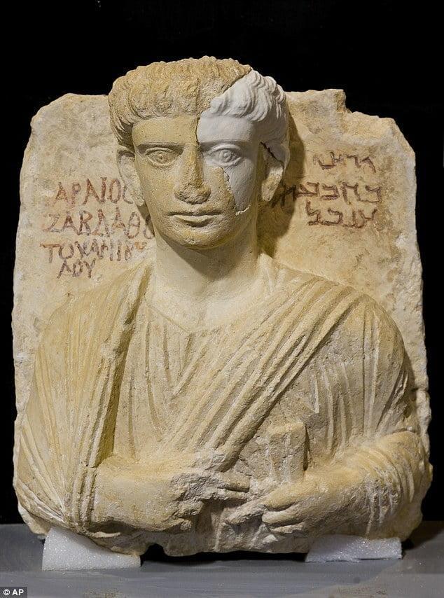 Włoscy konserwatorzy zabytków naprawiają uszkodzone przez ISIS popiersia