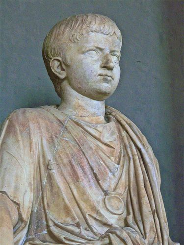 Posąg ukazujący młodego rzymskiego chłopca