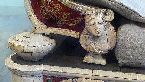 Fragment rzymskiej kanapy z podnóżkiem