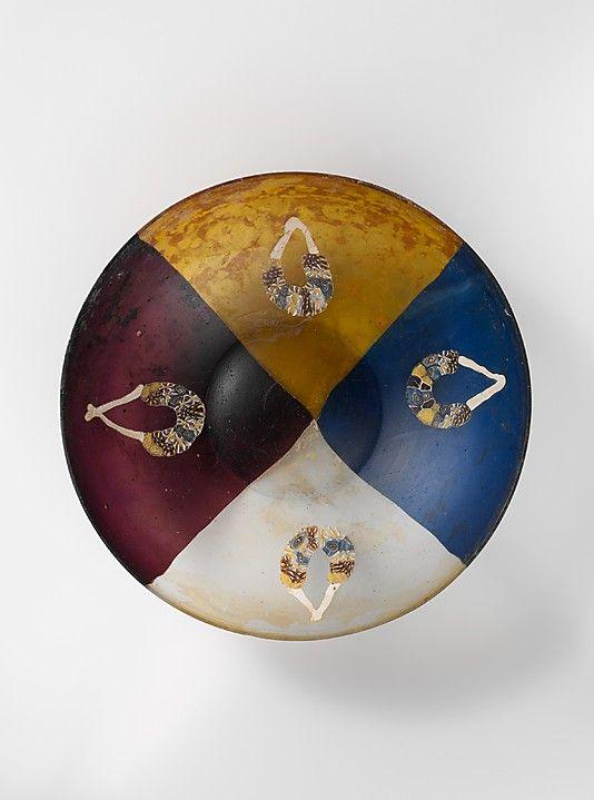 Rzymska szklana miska z namalowanymi girlandami