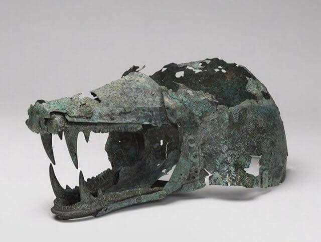 Etruski hełm w kształcie głowy wilka