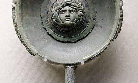 Rzymska patera w kształcie głowy Meduzy