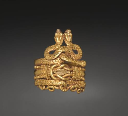 Roman gold ring, showing snake