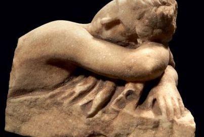 Fragment rzymskiej statuetki ukazującej Hermafrodytę