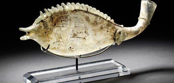 Rzymskie szklane naczynie w kształcie ryby