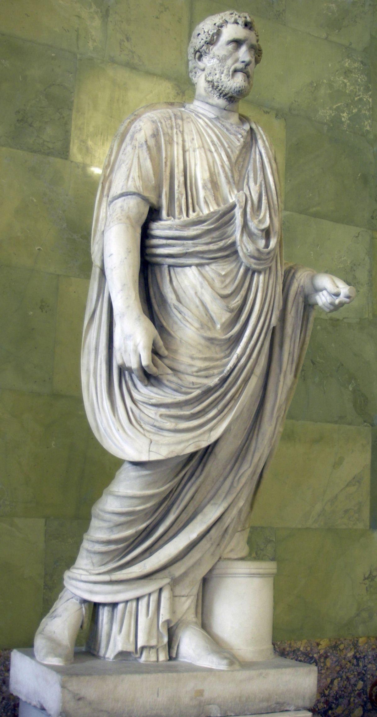 Antoninus Pius in toga