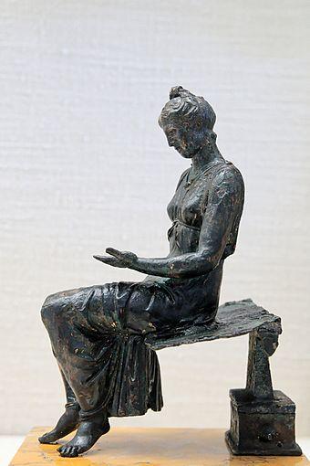 Figura z brązu przedstawiająca czytającą dziewczynę