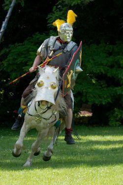 Jeździec i koń w typowym uzbrojeniu w czasie hippika gymnasia