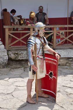 Żołnierz rzymski wraz z manicą na prawej ręce