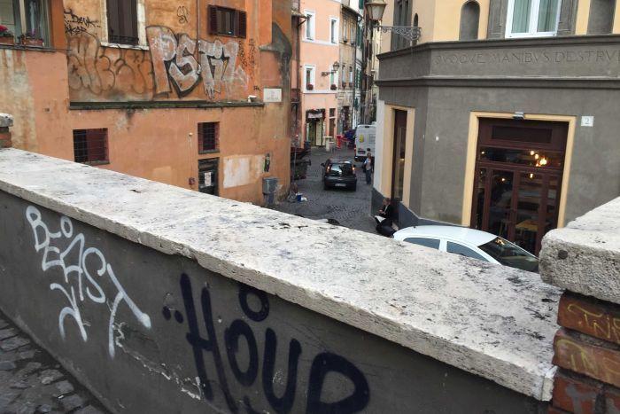 Graffiti na budynkach na przedmieściach Trastevere
