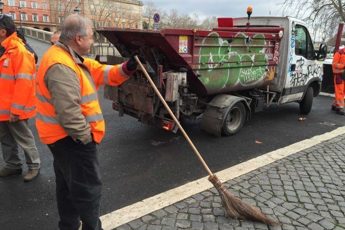 Śmieciarze nie tylko nie są w stanie nadążyć z oczyszczaniem miasta, ale także własnych śmieciarek