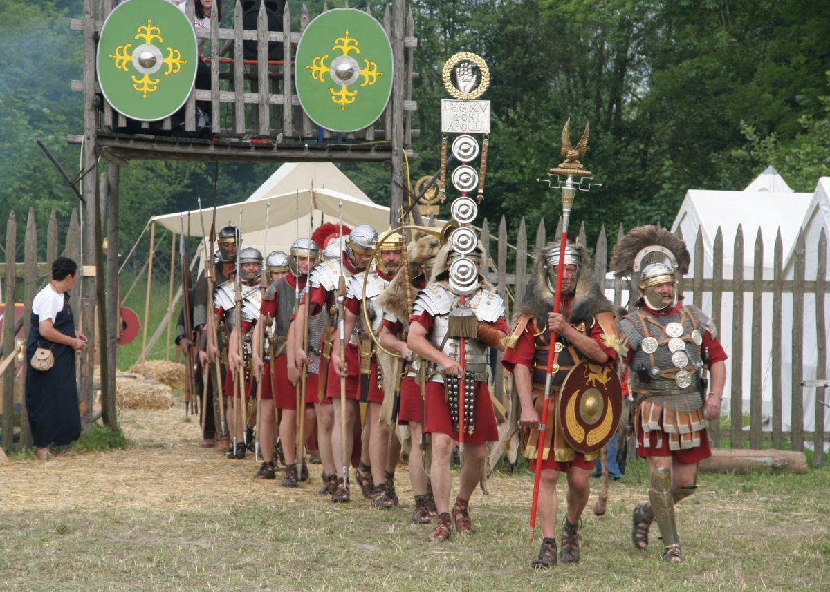 Aquilifer wrac z centurionem
