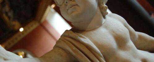 Detal posągu ukazujący Brytanika