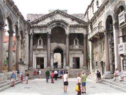 Widok perystylu w kierunku wejścia do kwater Dioklecjana