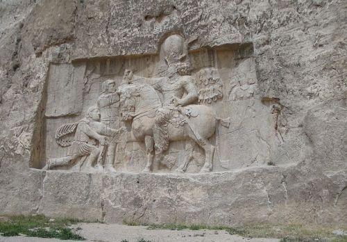 Płaskorzeźba ukazuje zwycięskiego wodza Szapura I
