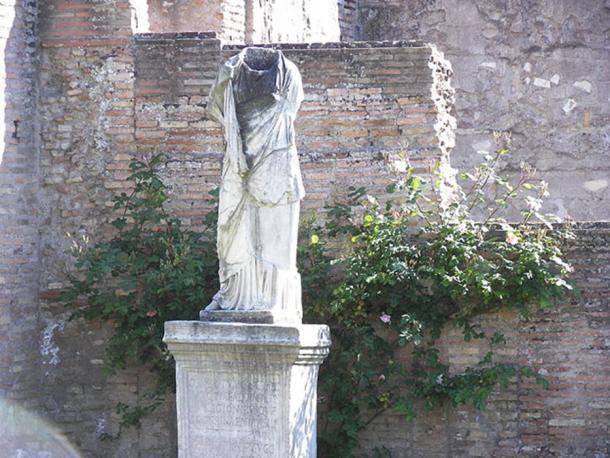 Pozbawiona głowy statua w Atrium Vestae