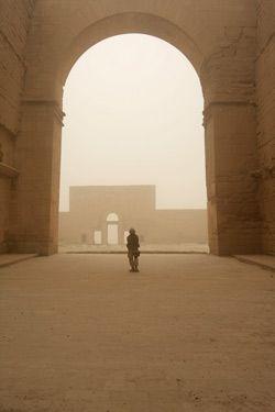 Olbrzymia brama Hatry, starożytnego miasta w Mezopotamii