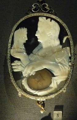 Onyksowa kamea przedstawiająca Liwię wraz z popiersiem Divus Augustus