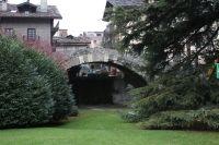 Most wybudowany w okresie rzymskim, aktualnie znajduje się w centrum Aosty