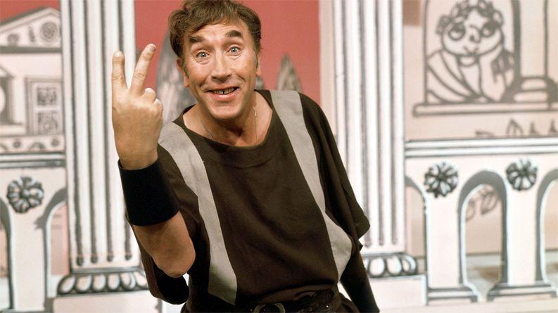 Frankie Howerd jako niewolnik Lurcio w brytyjskim serialu komediowym Up Pompeii!