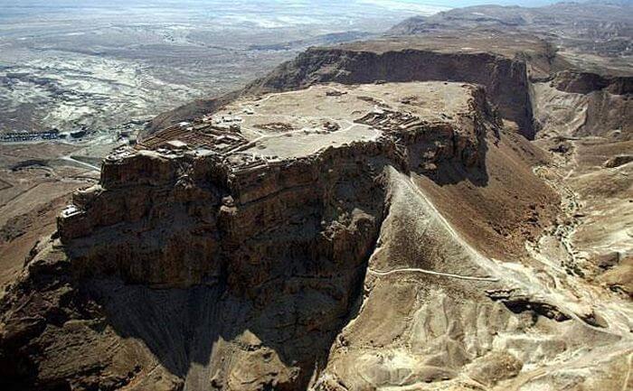 Na zdjęciu wyraźnie widać rzymskie przygotowania do szturmu na żydowską twierdzę Masada