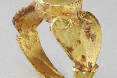 Całkowicie wykonany ze złota pierścień rzymski