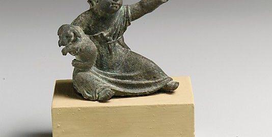 Wyjątkowa antyczna figurka ukazująca dziewczynkę trzymającą psa