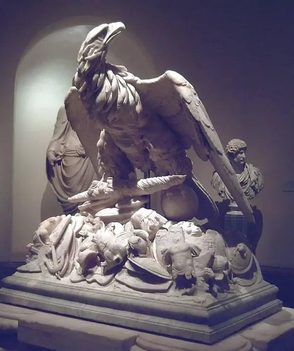 Piękny pomnik nagrobny ukazujący orła i uzbrojenie